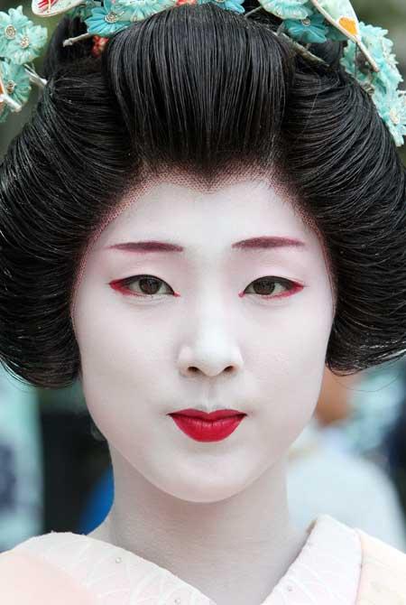 Geisha March Tokyo To Mark First Anniversary of Niigata Quake