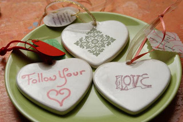 creative-wedding-favor-ideas-porcelain-ornaments