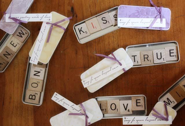 creative-wedding-favor-ideas-scrabble-magnet-favors