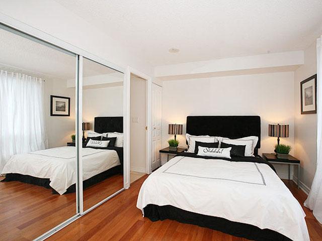 small-bedroom-decorating-ideas-using-mirror-as-cabinet's-door