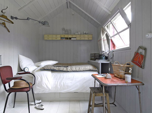 small-bedroom-decorating-ideas-using-wooden-materials